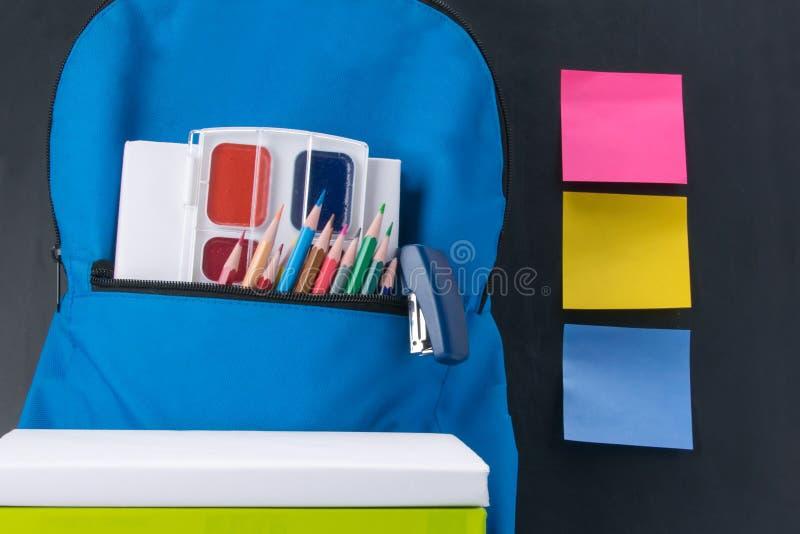 De punten voor creativiteit en een rugzak op de achtergrond van een school schepen en stickers voor uw verslagen in stock afbeeldingen