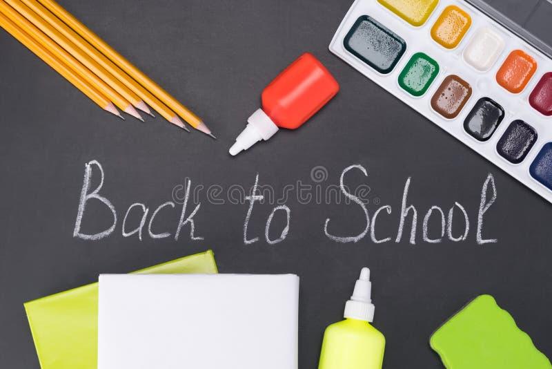 De punten voor de creativiteit van kinderen tijdens schoollessen liggen op een zwart schoolbord royalty-vrije stock afbeeldingen