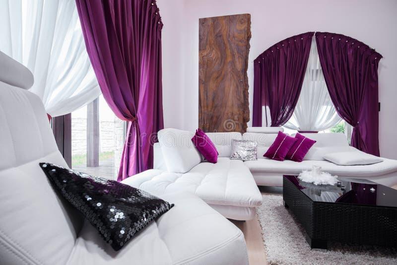 De purpere decoratie van de woonkamer royalty-vrije stock foto's