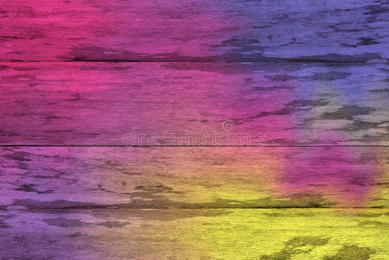 De purpere en gele kleurrijke houten planken barstten achtergrond, kleurrijke geschilderde houten textuurmuur, kleuren abstracte  stock foto