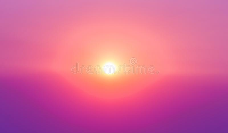 De purpere en roze hemel van de zonsopgangzon met bezinning in water, colorf stock afbeelding