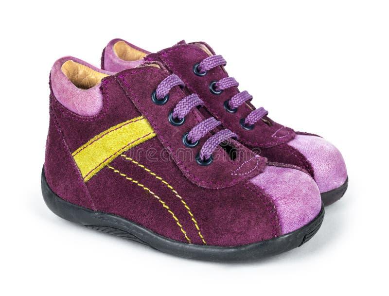De purpere schoenen van de suèdebaby met kant stock afbeeldingen