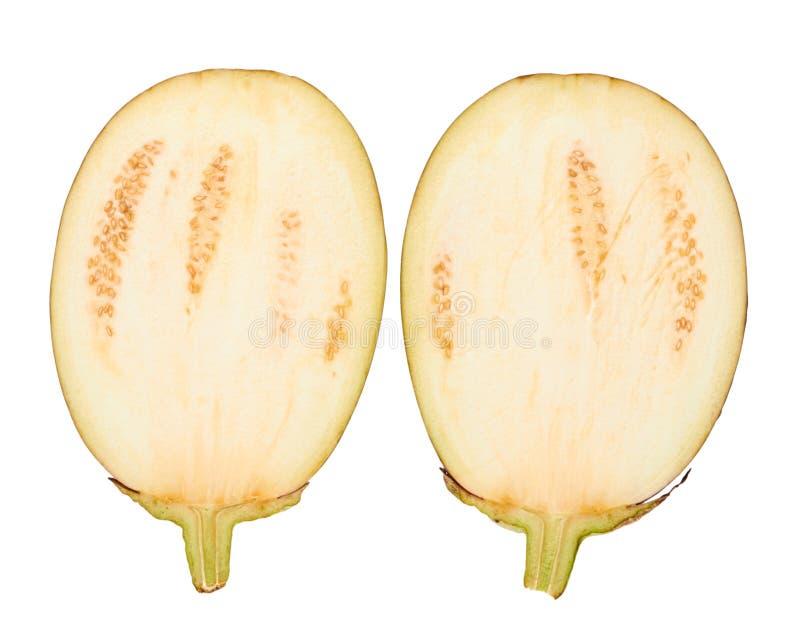 De purpere verse organische die helft van aubergine op witte achtergrond wordt geïsoleerd royalty-vrije stock afbeeldingen