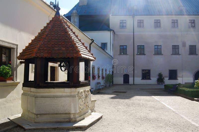 De put van het water in de kasteelbinnenplaats Äervenà ½ KameÅ stock afbeelding