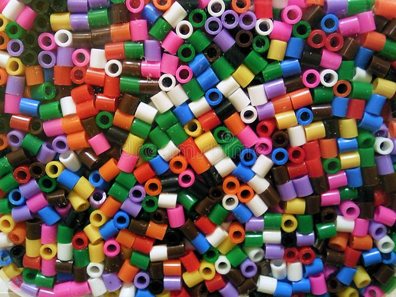 De puzzel van kleine parels en gekleurd dobbelt stock foto's