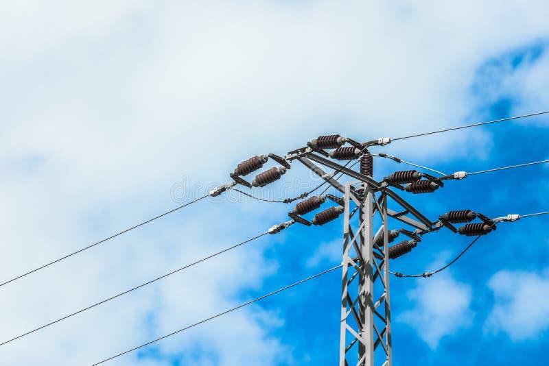 De pylonen van de hoogspanningsmacht tegen blauwe hemel royalty-vrije stock foto