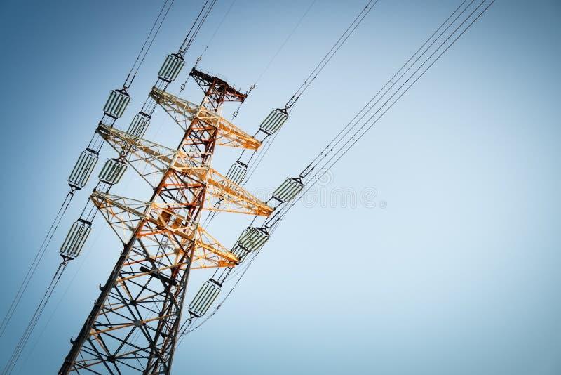 De pylonen van een hoogspanningsmacht stock afbeelding