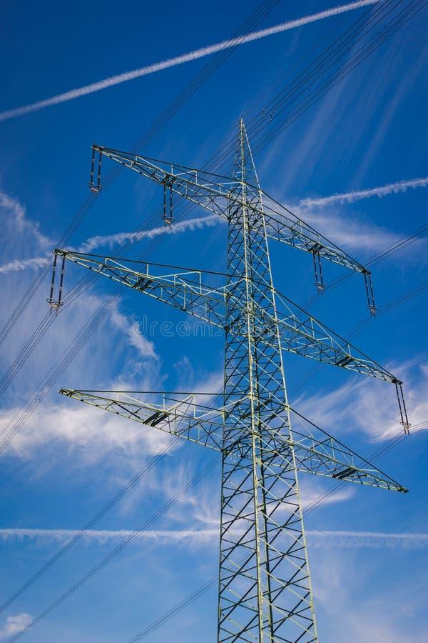 De pylonen van de hoogspanningsmacht stock afbeelding