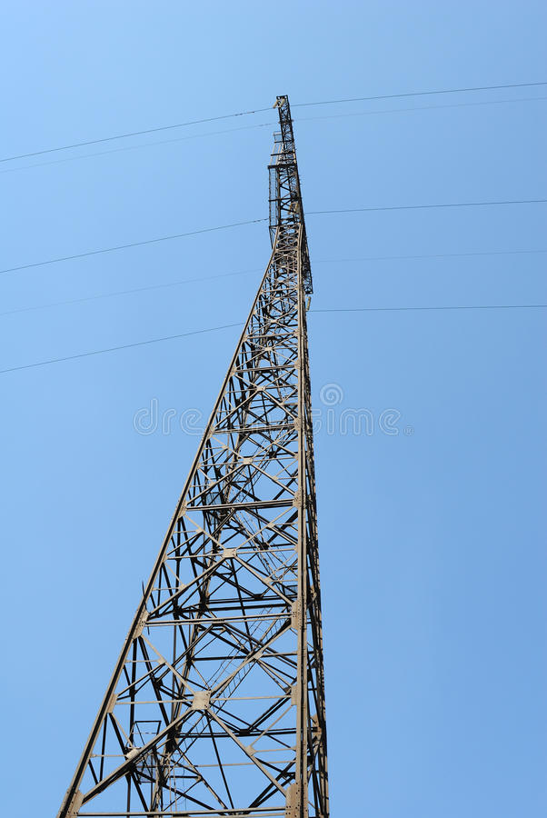 De pyloon van de elektriciteit in de blauwe hemel royalty-vrije stock fotografie