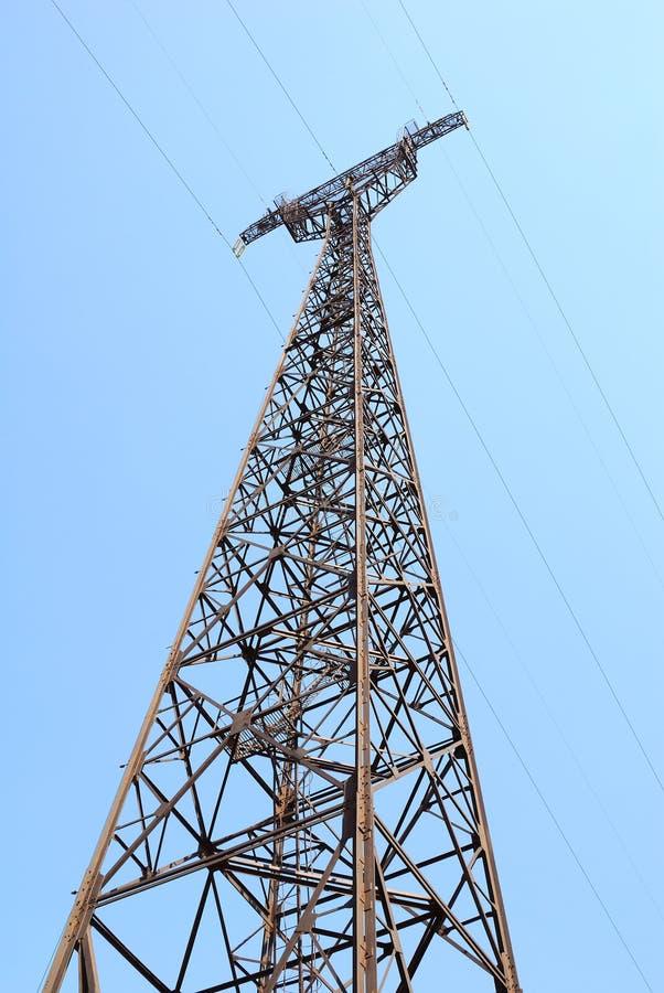 De pyloon van de elektriciteit in de blauwe hemel stock fotografie