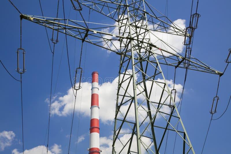 De pyloon van de elektriciteit en fabriekspijp royalty-vrije stock fotografie
