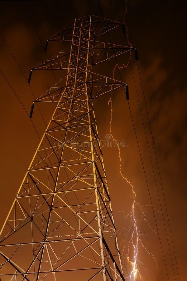 De Pyloon van de elektriciteit met Bliksem op Achtergrond. royalty-vrije stock afbeelding