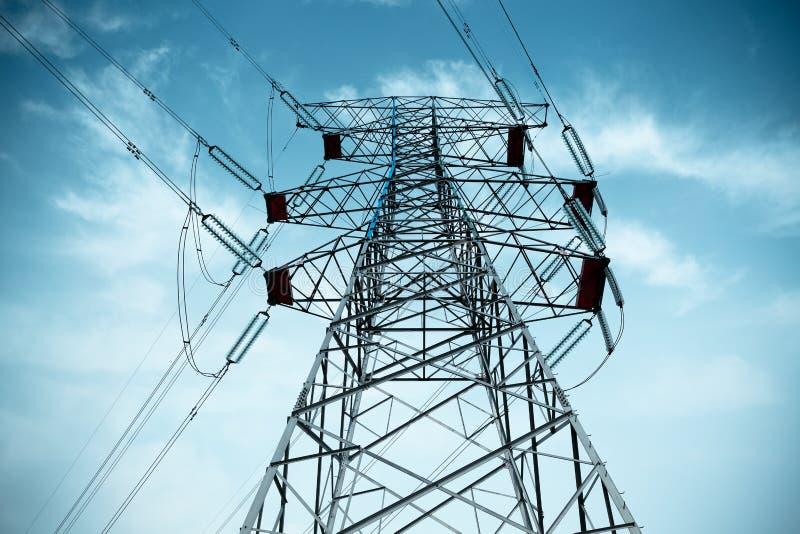 De pyloon van de elektriciteit met kabel royalty-vrije stock afbeelding