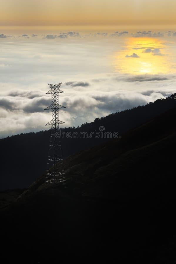 De pyloon van de elektriciteit over vallei bij zonsondergang, Lomba das royalty-vrije stock afbeelding