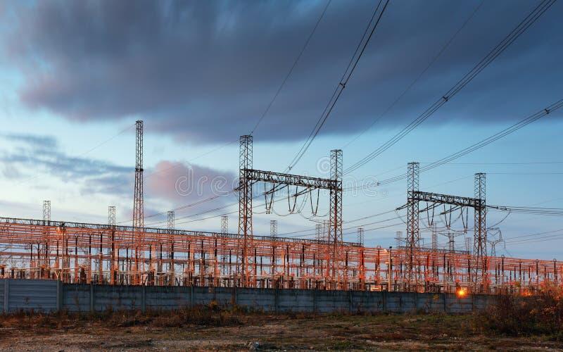 De pyloon van de elektriciteitstransmissie tegen blauwe hemel bij D wordt gesilhouetteerd die royalty-vrije stock foto