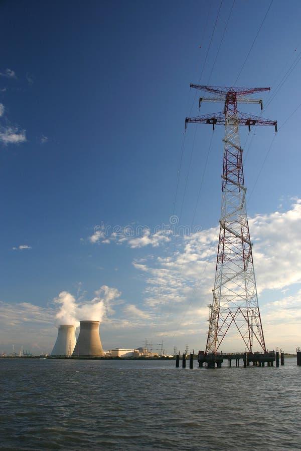 De pyloon van de energie met nulcear elektrische centrale royalty-vrije stock afbeeldingen