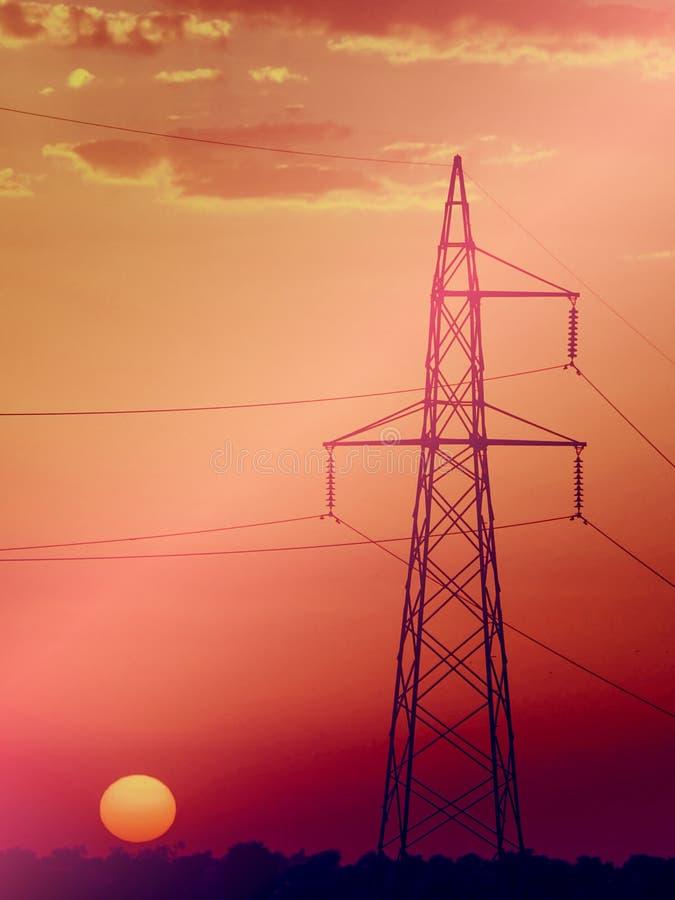 De pyloon van de elektriciteit bij zonsondergang stock afbeeldingen