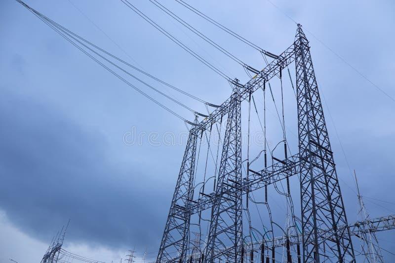 De pyloon van de elektriciteit met blauwe hemel stock afbeeldingen