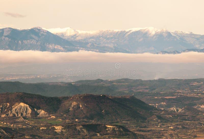 De Pyrenees bergen över cloudscape arkivbilder