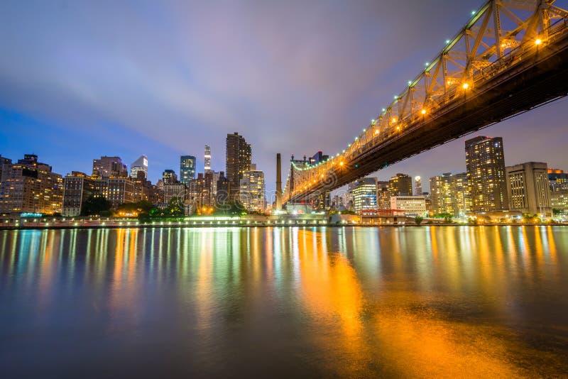 De Queensboro-Brug bij nacht, van Roosevelt Island in de Stad die van New York wordt gezien stock foto