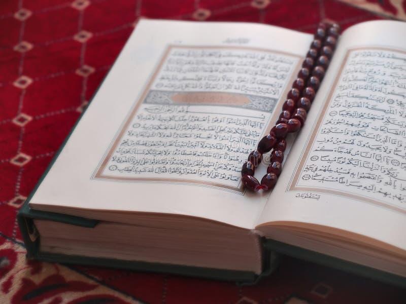 ` De Qur e grânulos de oração imagens de stock