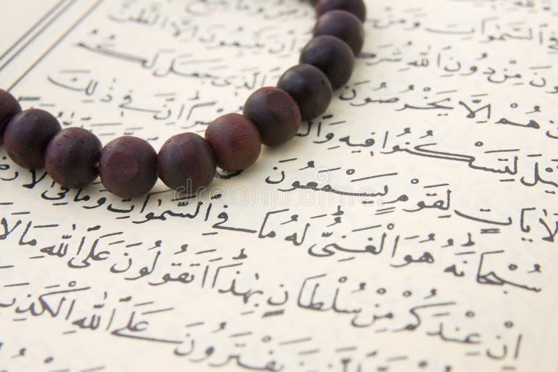 ` De Qur e grânulos de oração fotos de stock royalty free