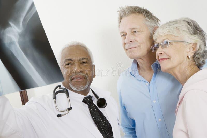 De Röntgenstraalrapport van artsenshowing analyzed aan Patiënten in Kliniek royalty-vrije stock foto's