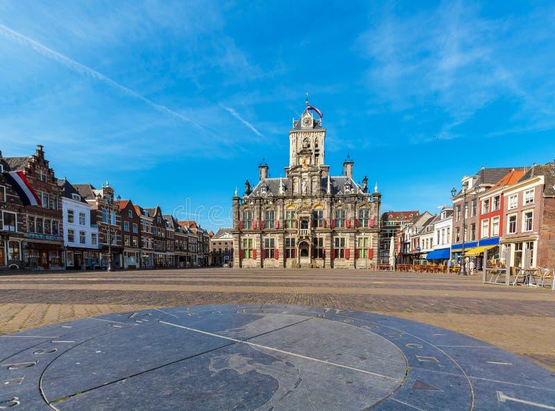 De Raad de bouw en Centraal vierkant in Delft, Nederland royalty-vrije stock afbeeldingen
