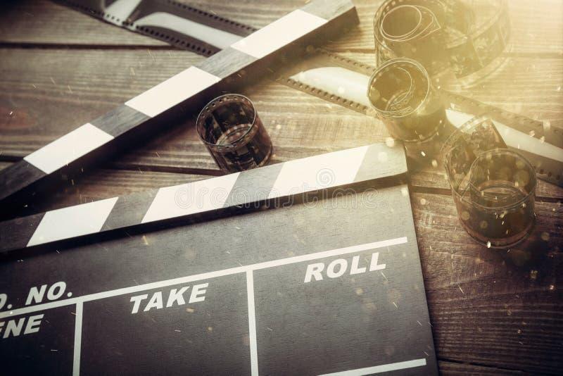 De raad en de filmbanden van de filmklep op houten royalty-vrije stock afbeelding