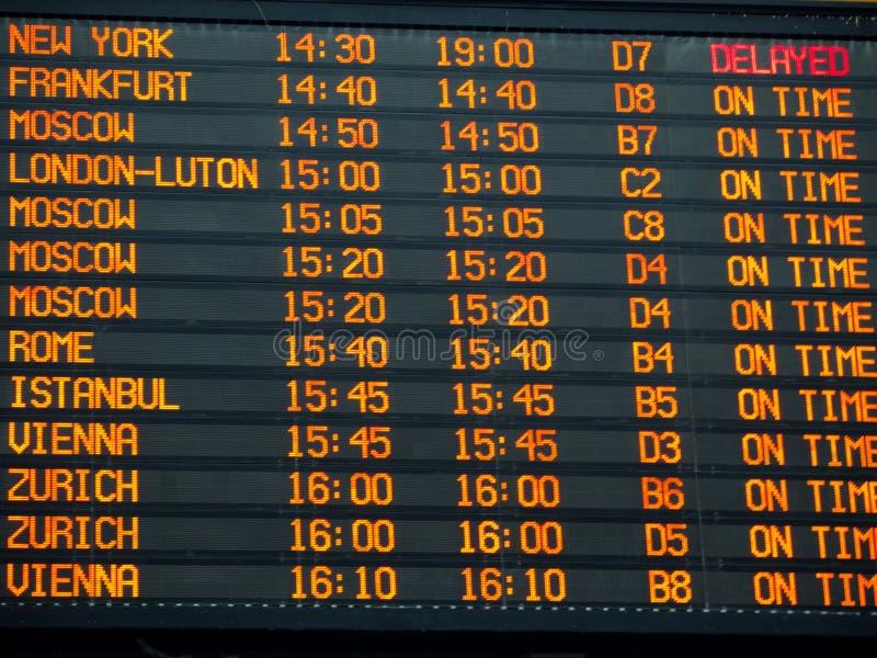 De raad van de vluchteninformatie in een internationale luchthaventerminal royalty-vrije stock foto