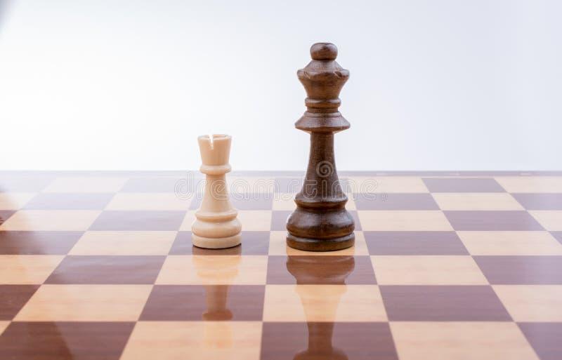 De raad van het schaak met schaakstukken royalty-vrije stock afbeeldingen