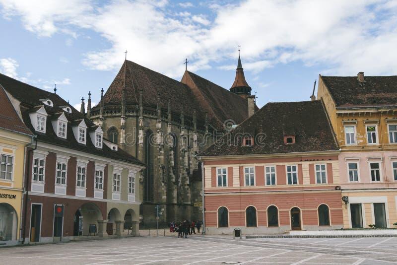 De Raad vierkante en Zwarte kerk binnen van de binnenstad van Brasov, Transsylvanië, Roemenië stock foto