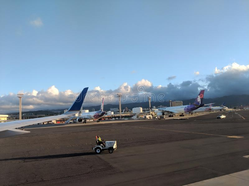 de raffic die auto drijft onderaan baan als Hawaiian Airlines-Vliegtuigen bij de Internationale luchthaven van Honolulu worden ge royalty-vrije stock afbeeldingen