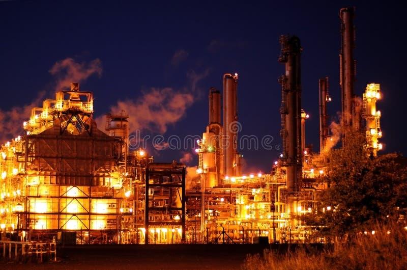 De Raffinaderij van de olie bij Nacht stock fotografie