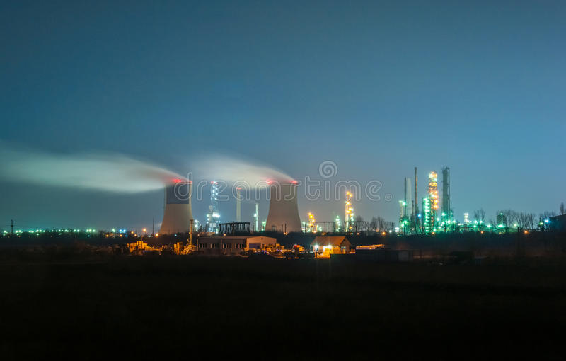 De raffinaderij van de olie bij nacht royalty-vrije stock foto