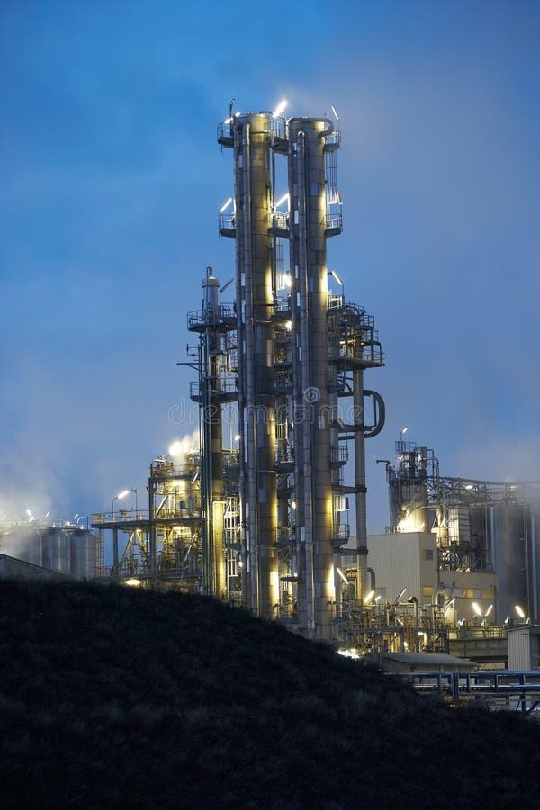 De raffinaderij van de olie bij schemer royalty-vrije stock foto
