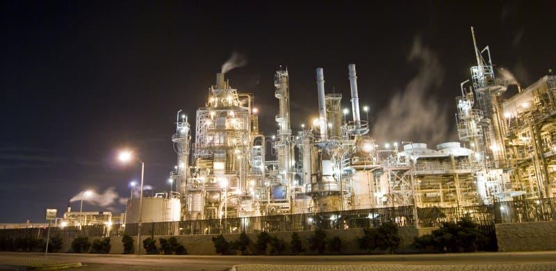 De raffinaderij van de olie en de industrie stock foto