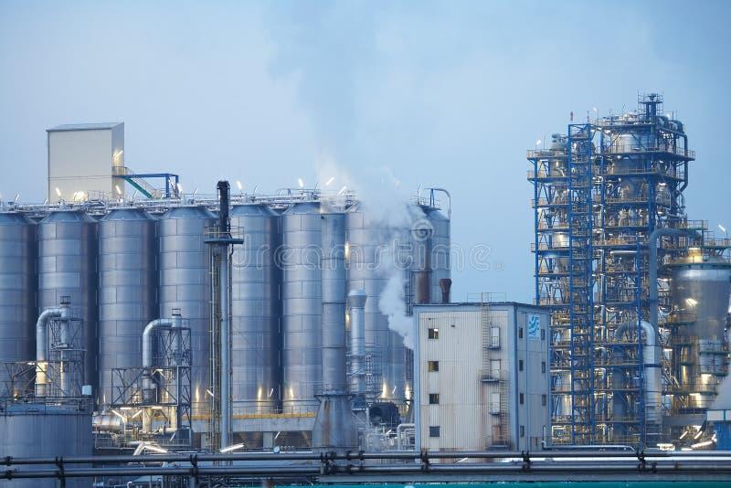 De raffinaderij van de olie met buizen royalty-vrije stock afbeelding