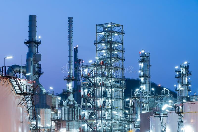 De Raffinaderijfabriek van de olieindustrie bij Zonsondergang, Aardolie stock foto's