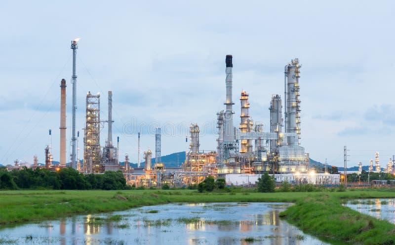 De raffinaderijinstallatie van de olie bij zonsopgang stock foto