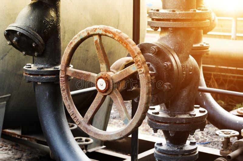 De raffinage van de pijpleidings binnen olie in de fabriek stock fotografie