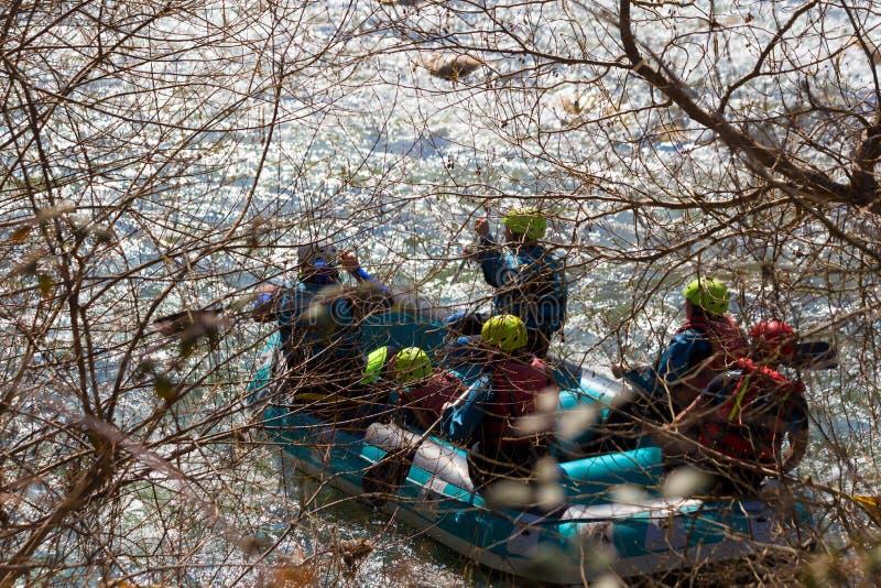 De Raftingsboot kleurt mensen die in Arahthos-rivier Arta Greece roeien royalty-vrije stock foto's