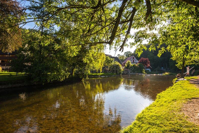 De raftsman-weide met de Kinzig-rivier in Schiltach stock fotografie