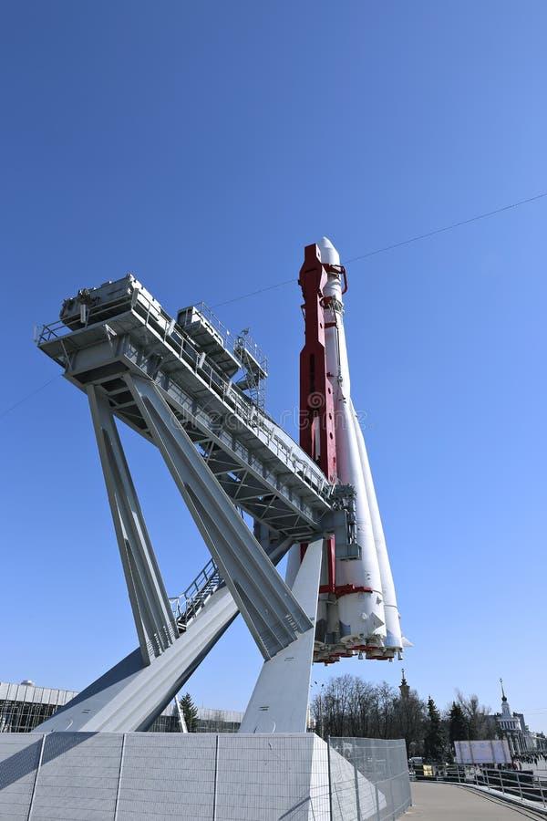 De raket Vostok op het lanceringsstootkussen stock afbeeldingen