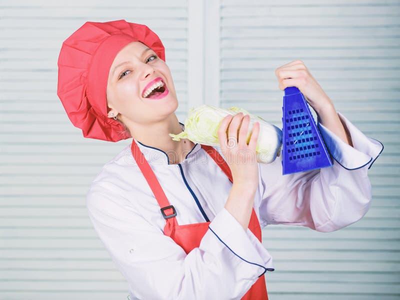 De rasp van het meisjesgebruik Werkelijk scherp Nuttig voor significante hoeveelheid het koken methodes Fundamentele het koken pr stock fotografie