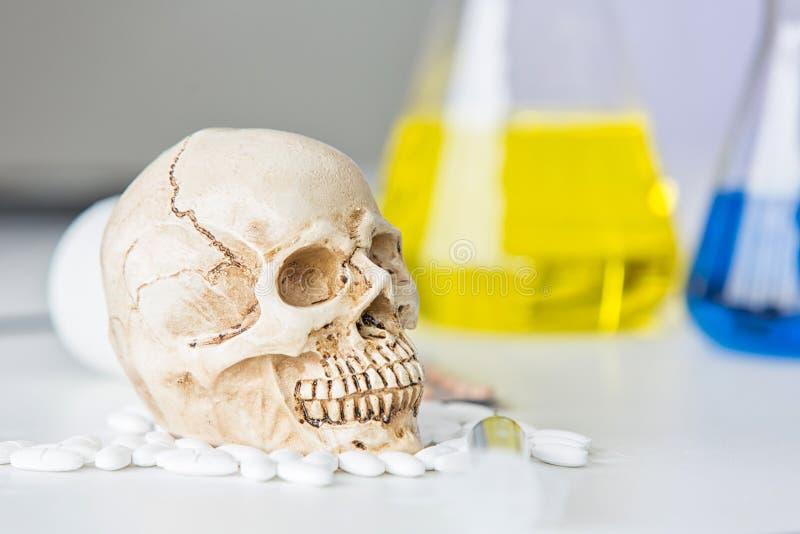 De reageerbuizen van het wetenschapslaboratorium Schedel en bekerchemisch product Vluchtige stoffen en schedellaboratorium glaswe stock afbeeldingen