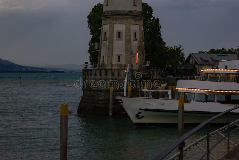 de recente boot die van de avondpassagier haven van stadslindau verlaten stock foto's