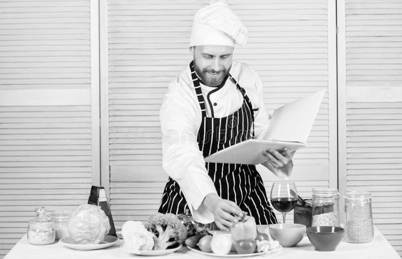 De recepten van de boekfamilie Uiteindelijke kokende gids voor beginners Volgens recept Kokende voedsel van de mensen het gebaard royalty-vrije stock afbeeldingen