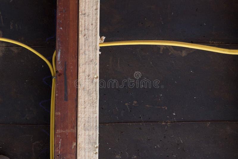 De rechte mening van het sistering van oude en nieuwe muur beslaat voor structurele steun, gele elektro bedrading tegen gevoelde  stock foto