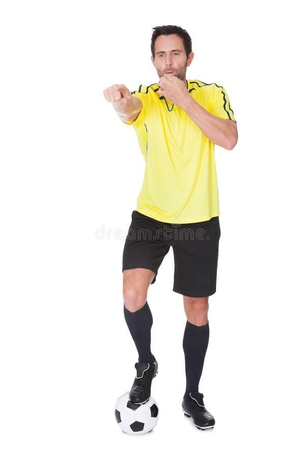 De rechter van het voetbal het fluiten stock fotografie